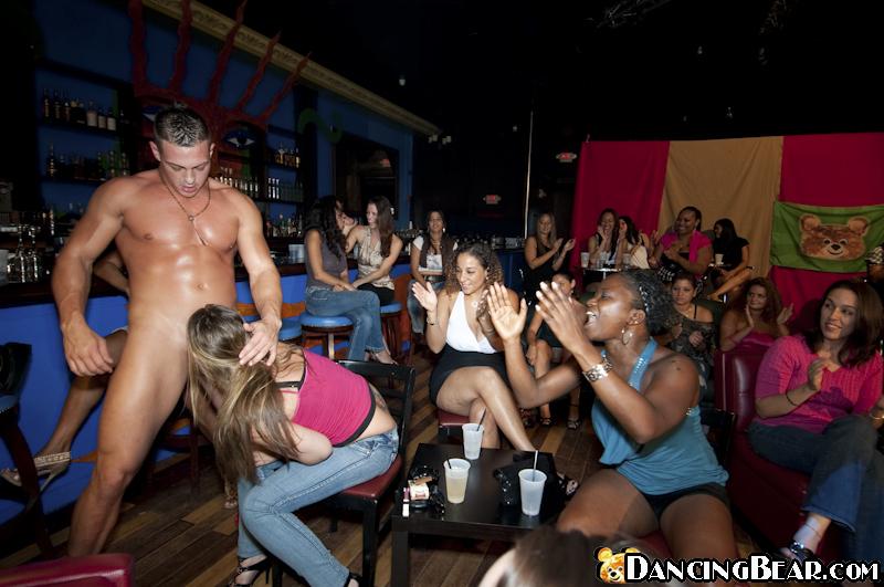 Негр в маске трахает одетых девок в рот на секс-вечеринке секс фото и порно фото