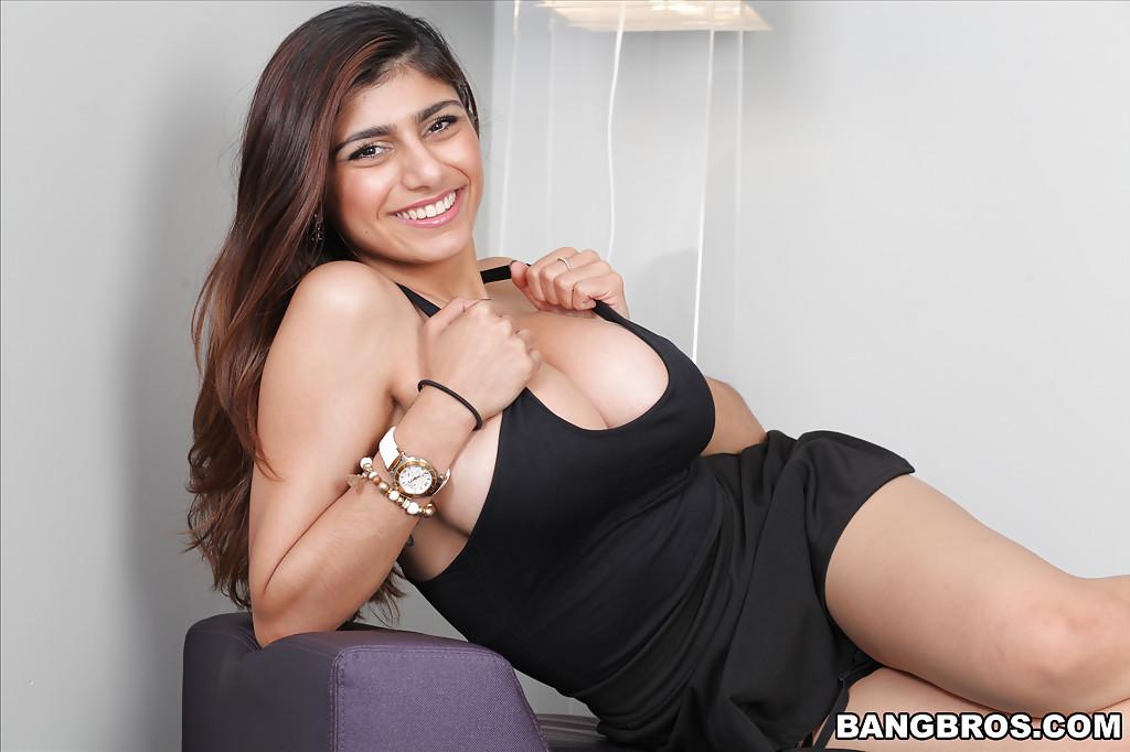 Сиськастая арабка в черных туфлях раздвигает ноги на диване секс фото и порно фото