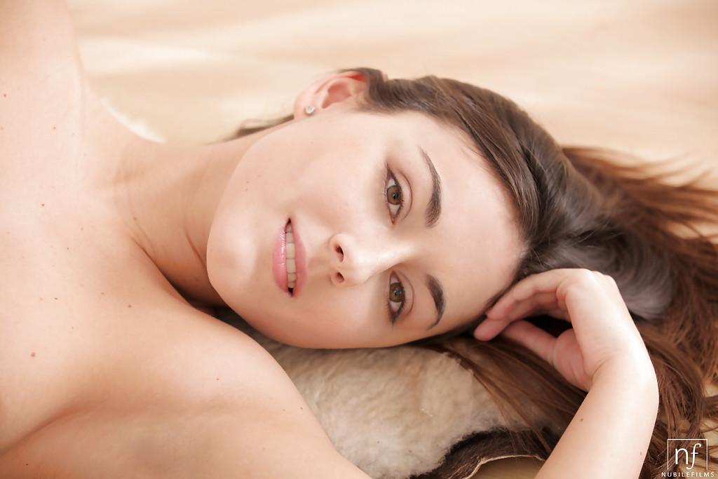 Молодая девушка лежит на ковре и дрочит обе дырки секс фото и порно фото