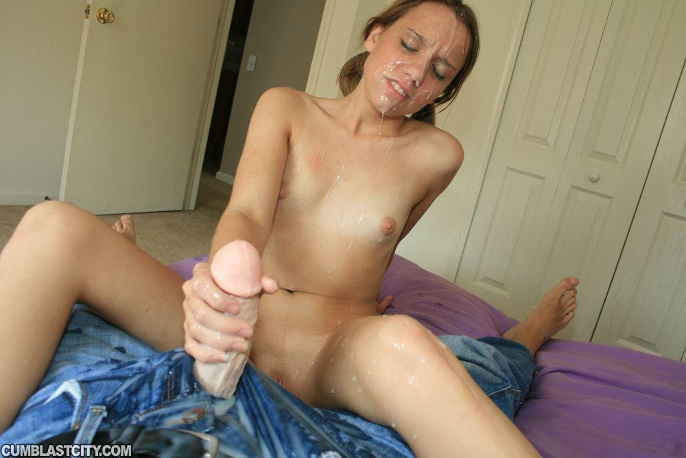 Чувак заливает спермой лицо подружки после дрочки на кровати секс фото и порно фото