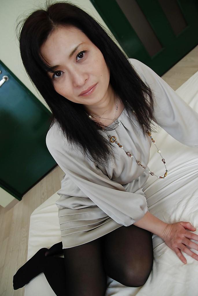 Японская мамка с волосатой киской разделась на оранжевом диване секс фото и порно фото