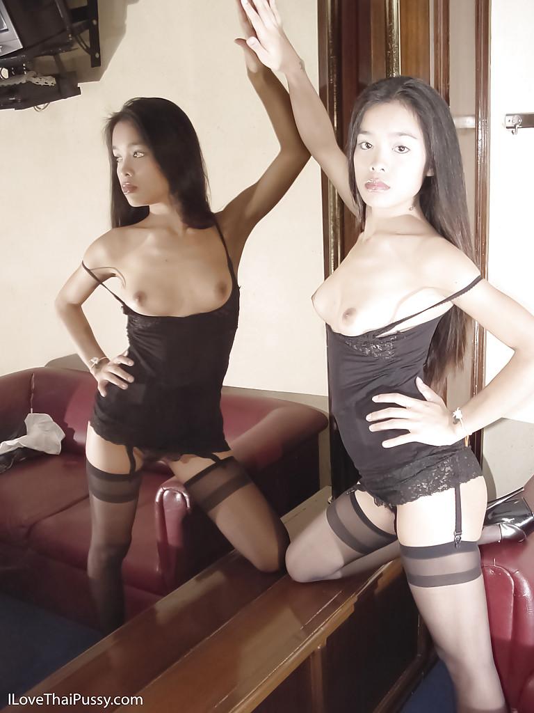 Тайская худышка  демонстрирует сиськи напротив зеркала секс фото и порно фото