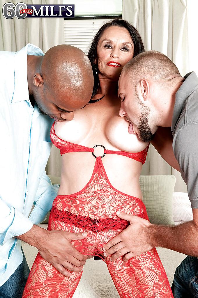 Мамочка в красном белье хочет сразу два члена секс фото и порно фото