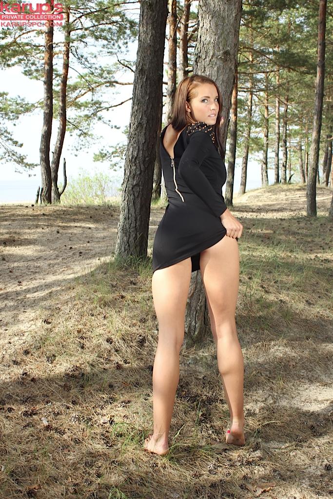 Стриптиз молодой красотки с большой грудью в лесу секс фото и порно фото