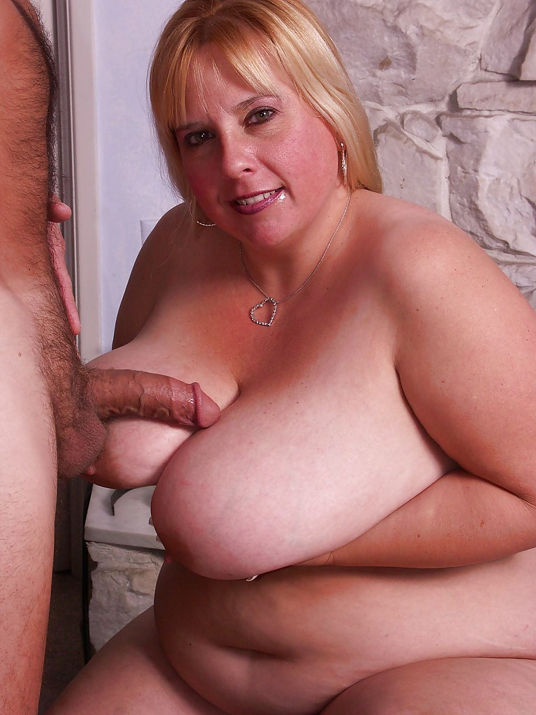 Жирная мамочка сосёт член и получает порцию спермы на свои огромные сиськи секс фото и порно фото