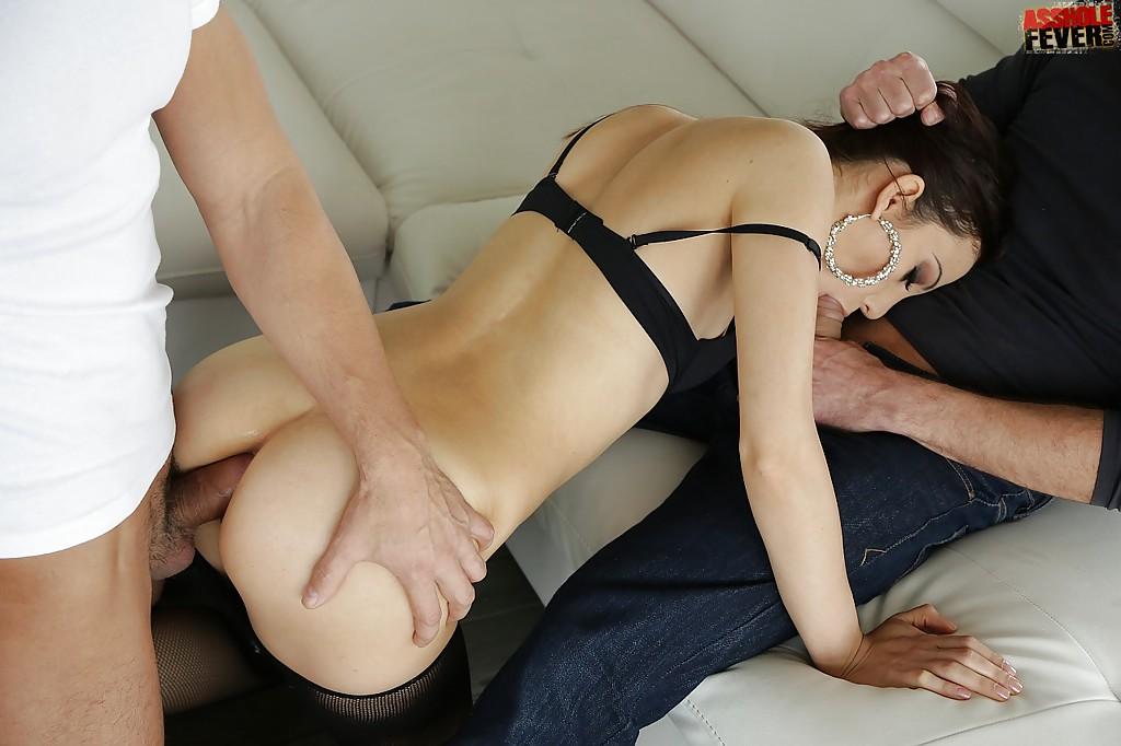 Два члена ебут брюнетку в рот и кончают в жопу секс фото и порно фото