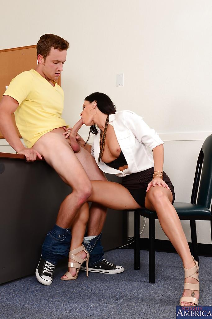 Секретаршу с тёмными волосами отымели на рабочем месте секс фото и порно фото