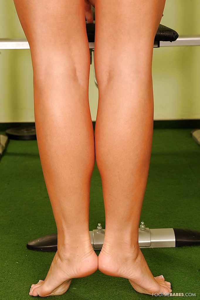 Спортивная блондинка демонстрирует тело возле тренажера в спортзале секс фото и порно фото