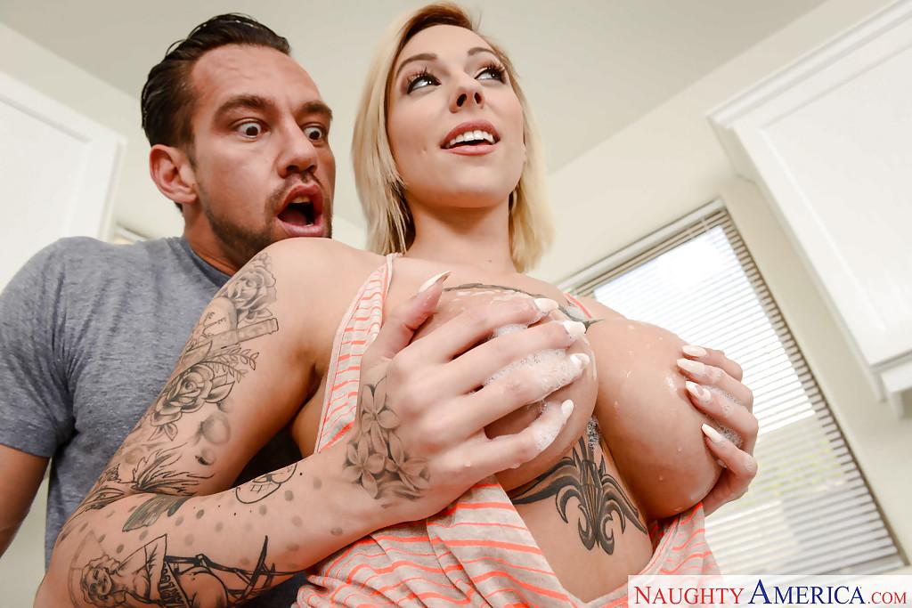 Татуированная блондинка с огромной грудью трахается в киску на диване секс фото и порно фото