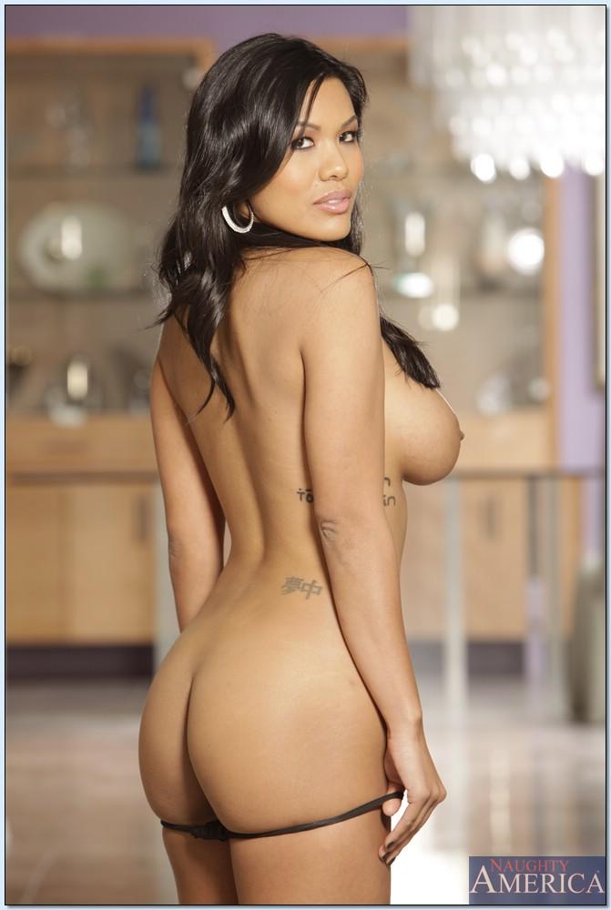 Смуглая красотка в чёрном белье дразнит огромной грудью секс фото и порно фото