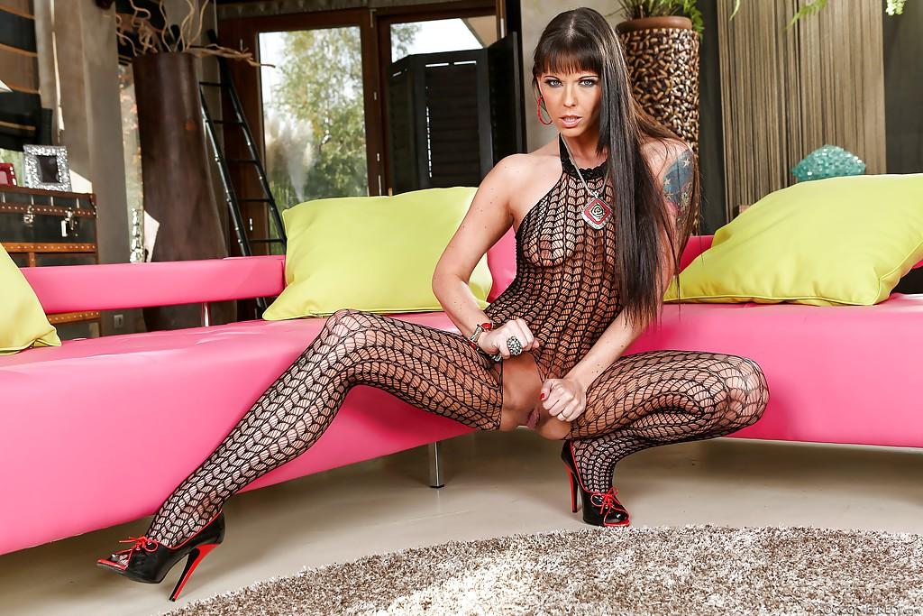 Зрелая актриса в сексуальном бельё играет своими прелестями секс фото и порно фото