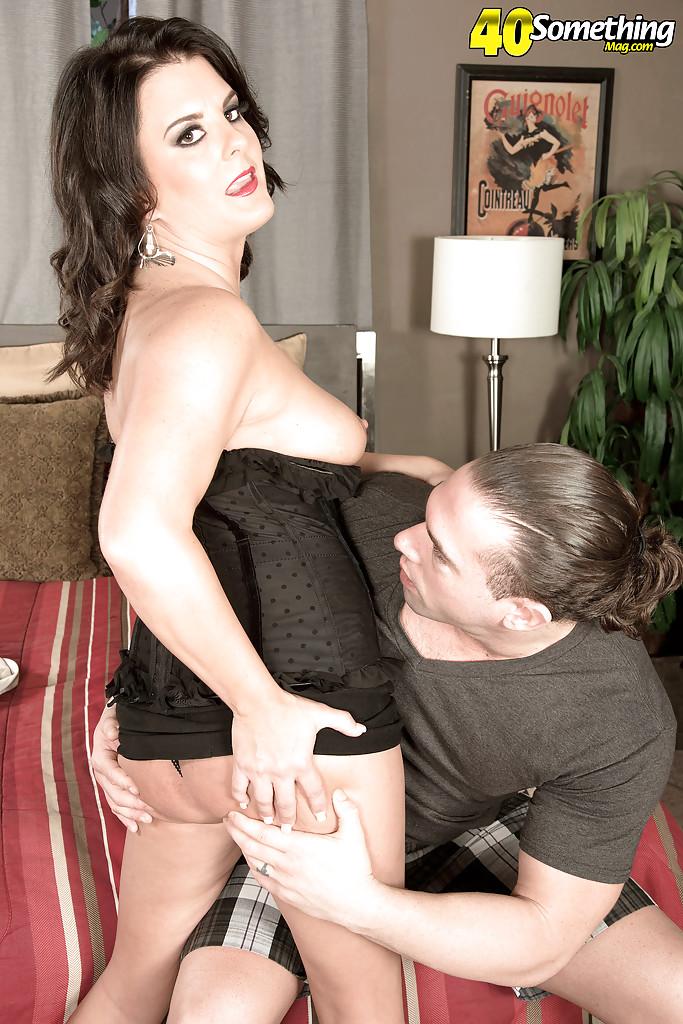 Взрослая брюнетка принимает член во все дырки и глотает сперму секс фото и порно фото