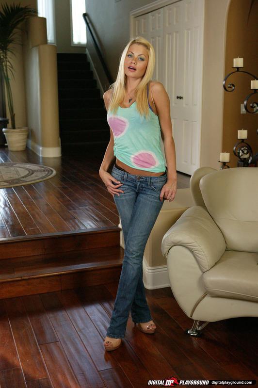 Милая блондинка спешит снять джинсы и показать своё сексуальное бельё секс фото и порно фото