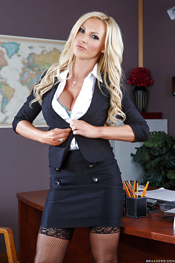 Блондинка с большой грудью раздевается в офисе секс фото и порно фото