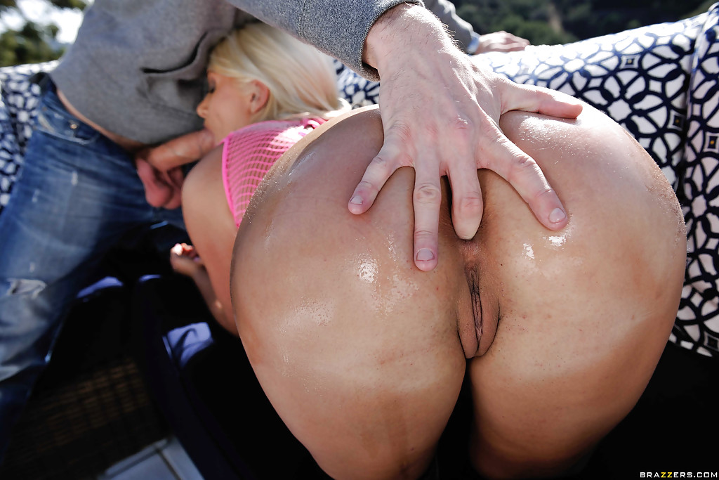 Жопастую блондинку трахают в зад и вылизывают на улице секс фото и порно фото