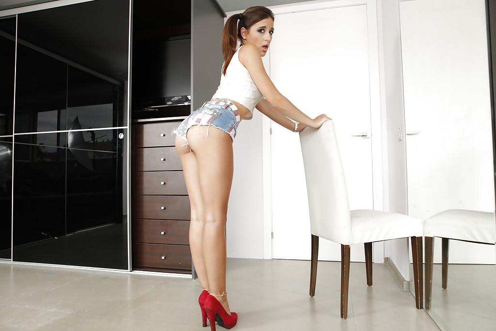 Красотка в красных туфлях и шортах раздвигает ножки секс фото и порно фото