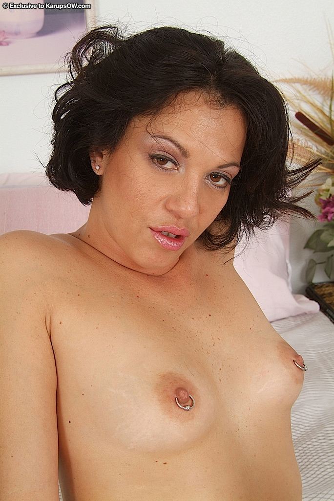 Мамочка балует свою киску с пирсингом вибратором секс фото и порно фото