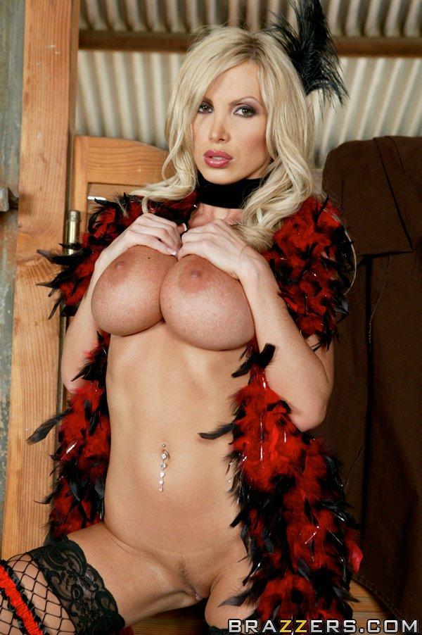 Светловолосая модель с огромными сиськами показывает горячее тело секс фото и порно фото