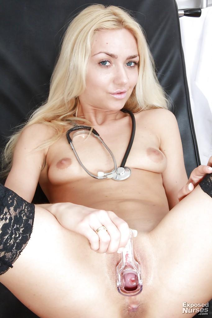 Медсестра села на гинекологическое кресло и засунула в пизду расширитель секс фото и порно фото
