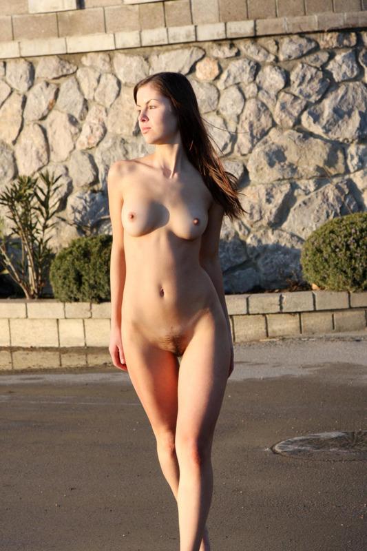 Молодая девушка голышом разгуливает по улице секс фото и порно фото