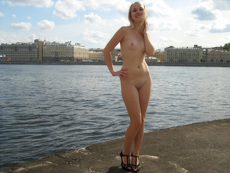Худая блондинка позирует голышом в публичном месте на набережной секс фото и порно фото
