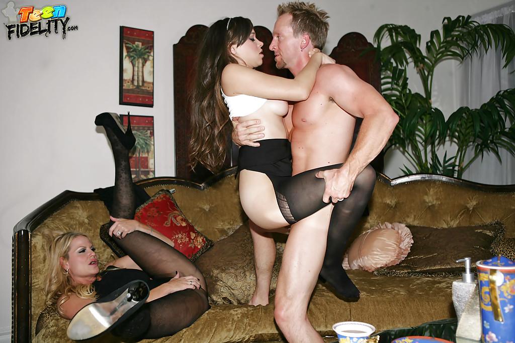 Качек трахнул мамку и бабу моложе на замшевом диване секс фото и порно фото