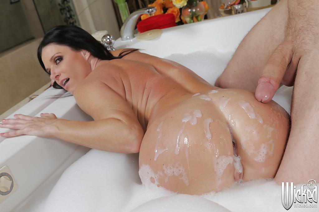 Загорелая милфа дает молодому парню во время купания в ванной секс фото и порно фото