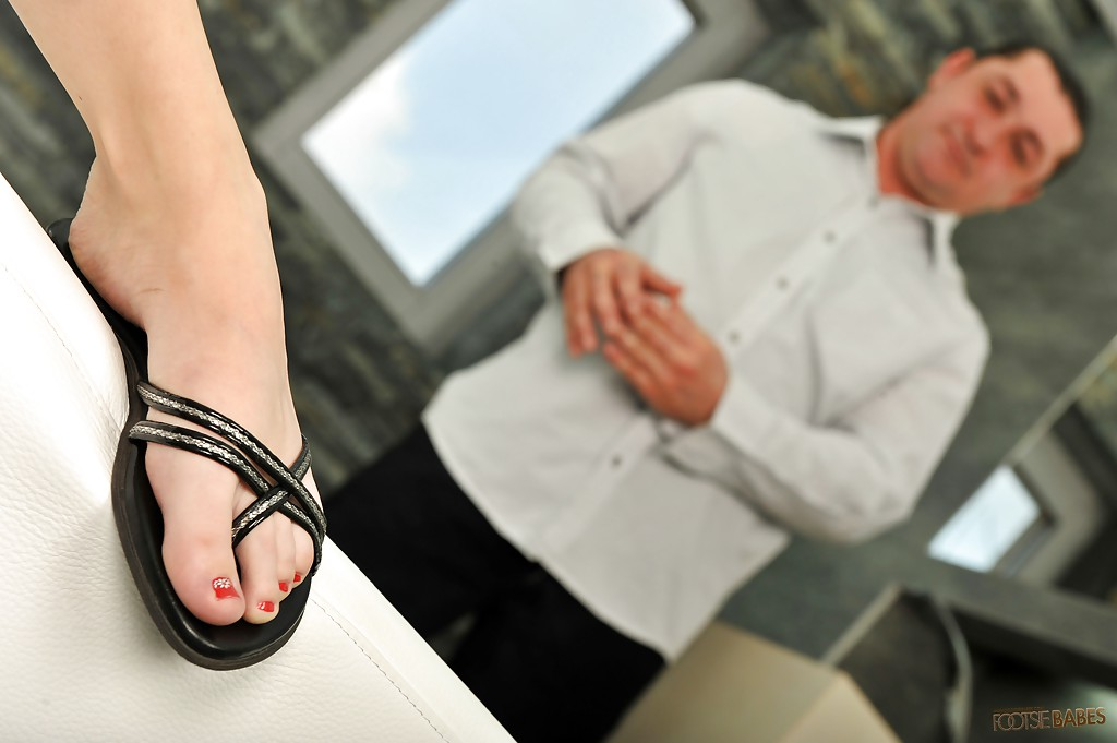 Худышка дрочит массажисту ножками на кушетке во время спа процедур секс фото и порно фото