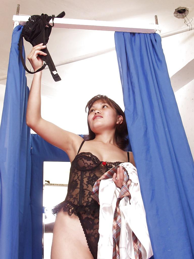 Грудастая тайка переодевает нижнее белье в примерочной кабинке секс фото и порно фото