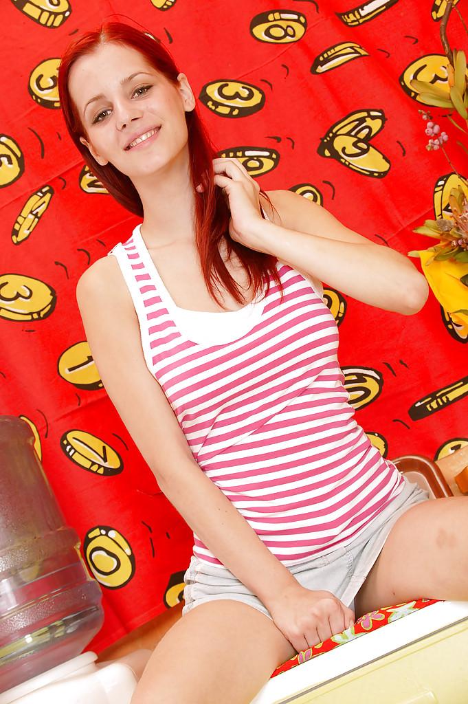 Рыжая красавица с большой грудью трахает себя на кухне самотыком секс фото и порно фото