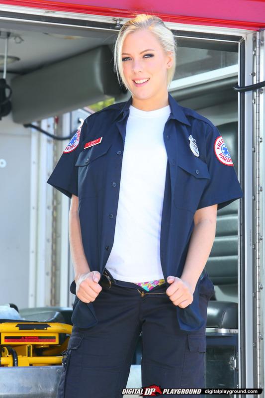 Горячая медсестра снимает униформу и дрочит в машине скорой помощи секс фото и порно фото