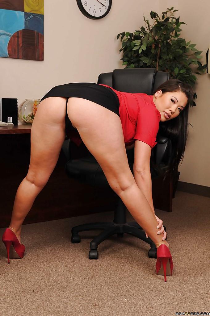 Пышногрудая секретарша в красных туфлях дрочит на офисном столе секс фото и порно фото