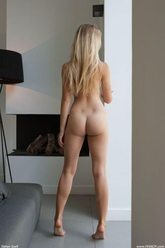 Блондинка с большими титьками позирует на фоне камина секс фото и порно фото