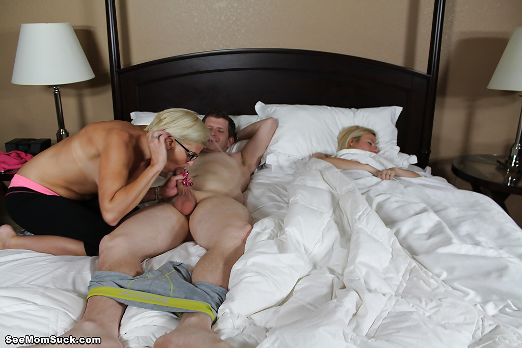 Мамка в очках отсосала член парня во время сна его подруги секс фото и порно фото