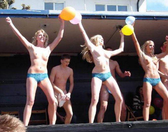 Голые девушки веселятся на фестивале нудистов секс фото и порно фото