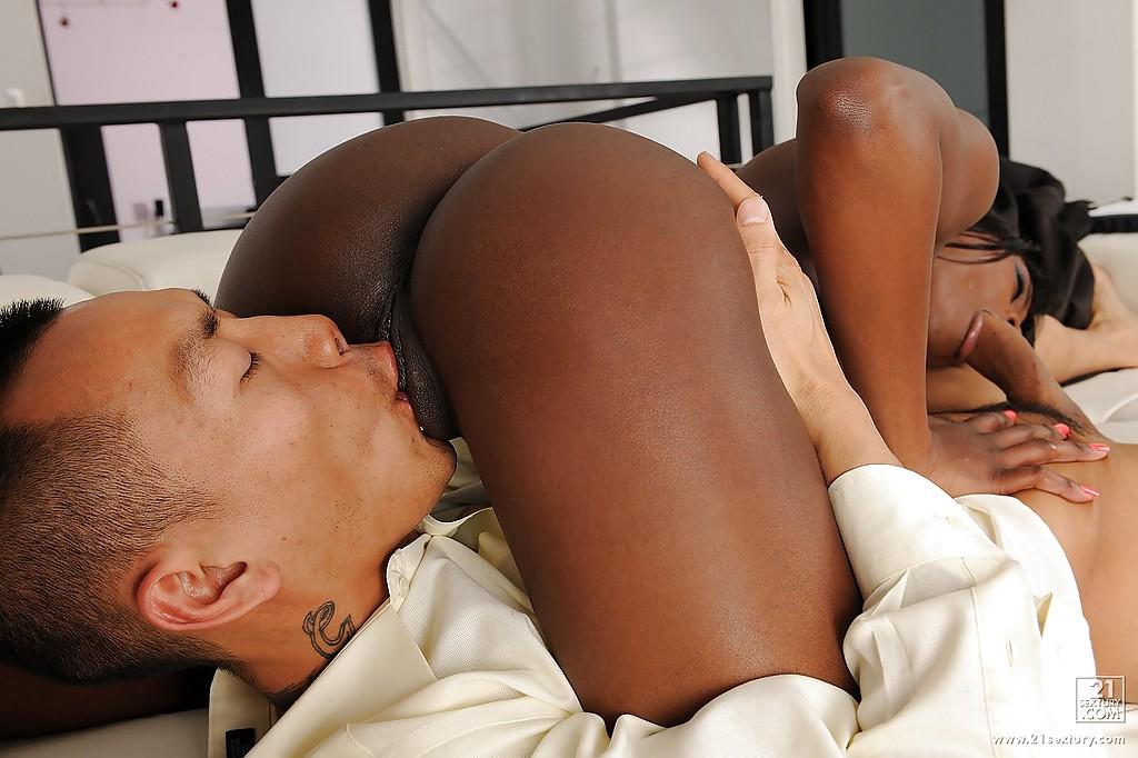 Белый парень трахает раком черную красавицу на белом диване секс фото и порно фото