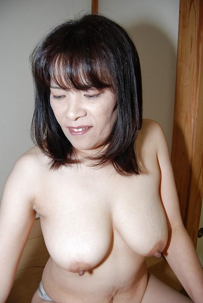 Азиатская милфа раздвинула свою мохнатую вагину на полу секс фото и порно фото