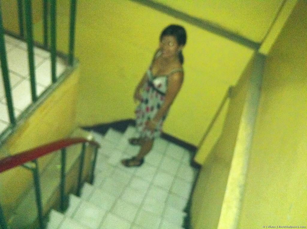 Филиппинка снимает платье в горошек и дает в волосатую киску секс фото и порно фото