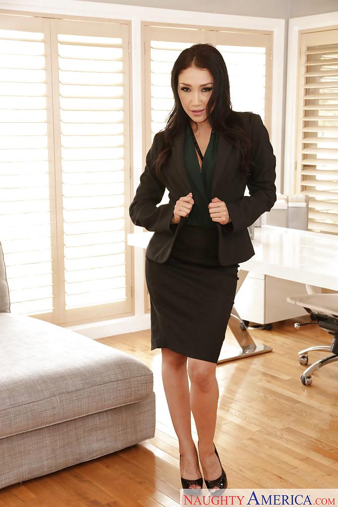 Голая модель забралась на стол и позирует на фоне окна секс фото и порно фото