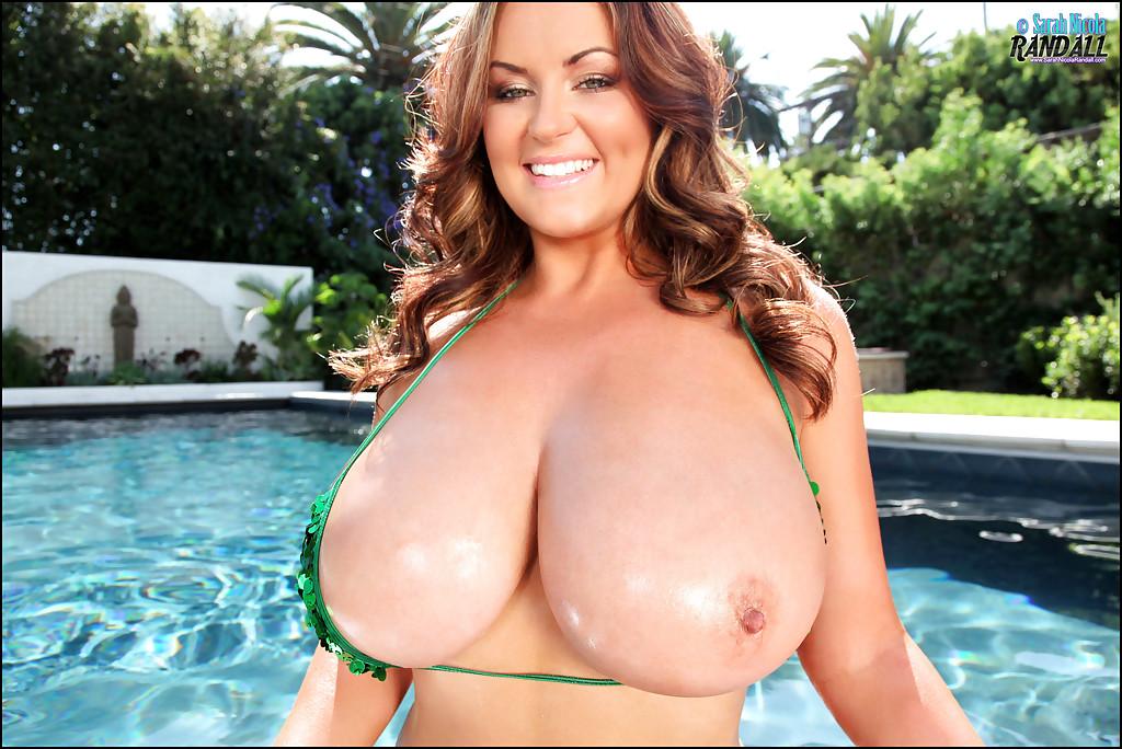 Большегрудая мамка снимает бикини во время купания в бассейне секс фото и порно фото