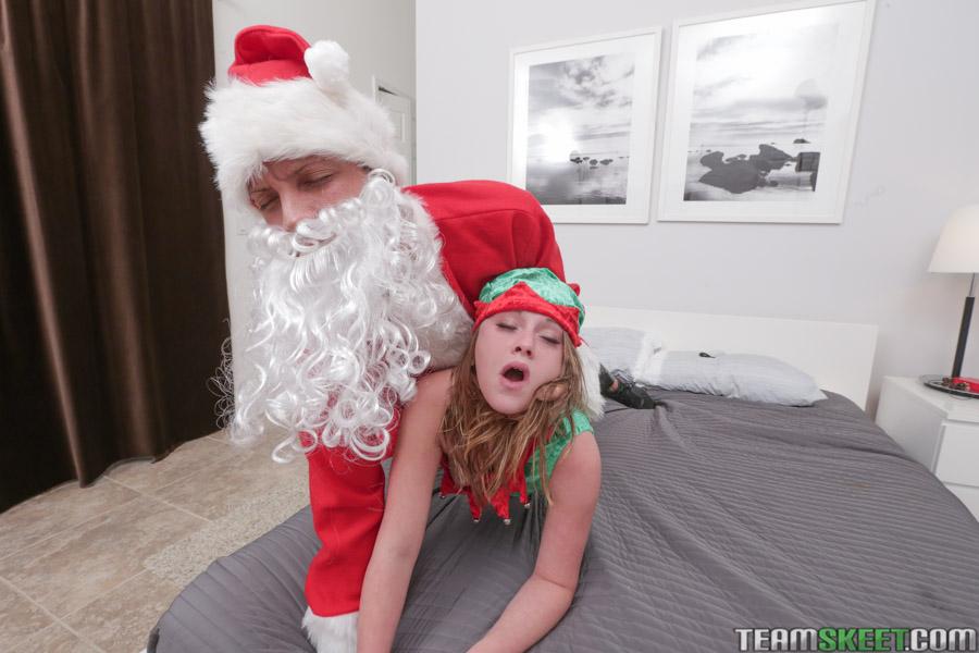 Санта трахнул негодницу в костюме эльфа раком на рождество секс фото и порно фото