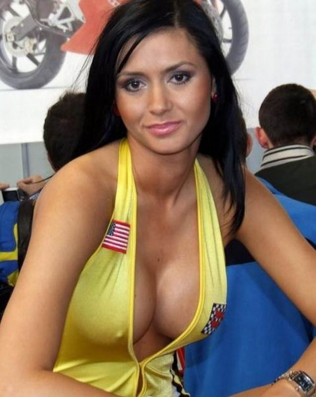 Сиськастые девушки позируют голышом перед камерой секс фото и порно фото