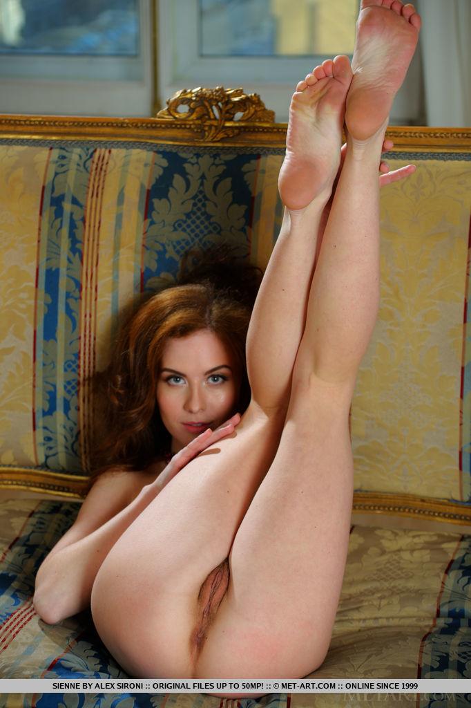 Рыжая девушка снимает белую ночнушку и демонстрирует своё тело секс фото и порно фото