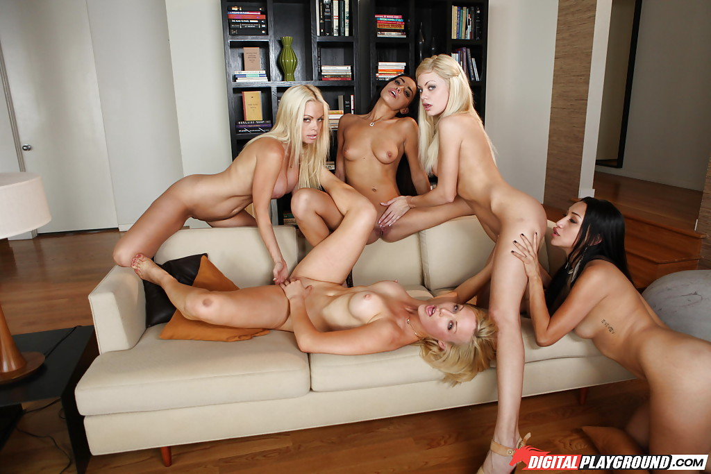 Лесбиянки вылизывают киски и попки друг друга на диване секс фото и порно фото