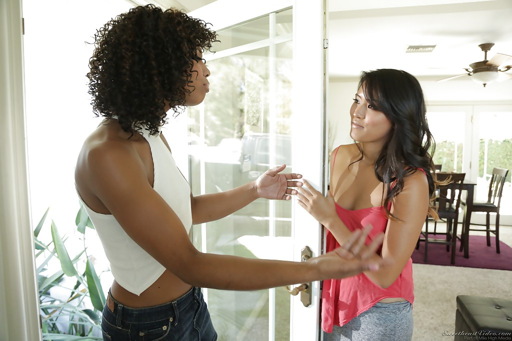 Две чернокожие лесбиянки лижут киски и  на белом диване секс фото и порно фото