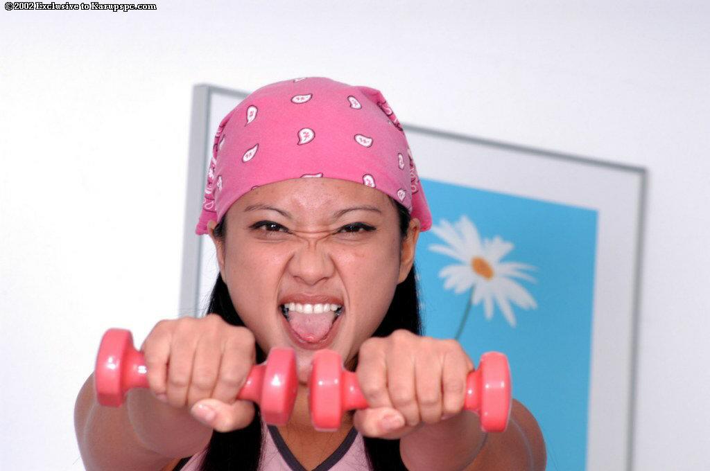 Кареглазая японка раздевается и демонстрирует свои дырочки в спортзале секс фото и порно фото