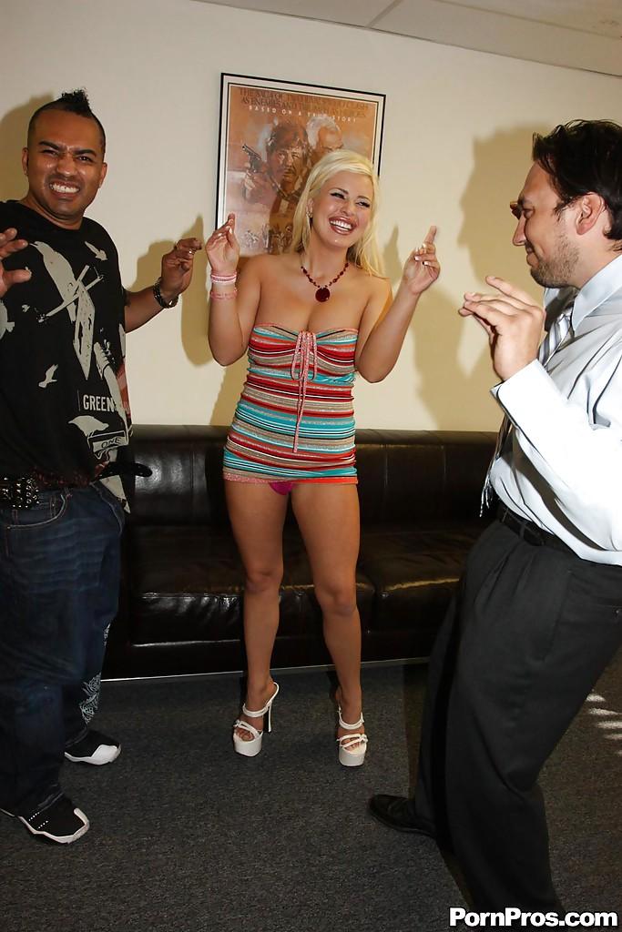 Негр с большим членом выебал грудастую блондинку на вечеринке секс фото и порно фото