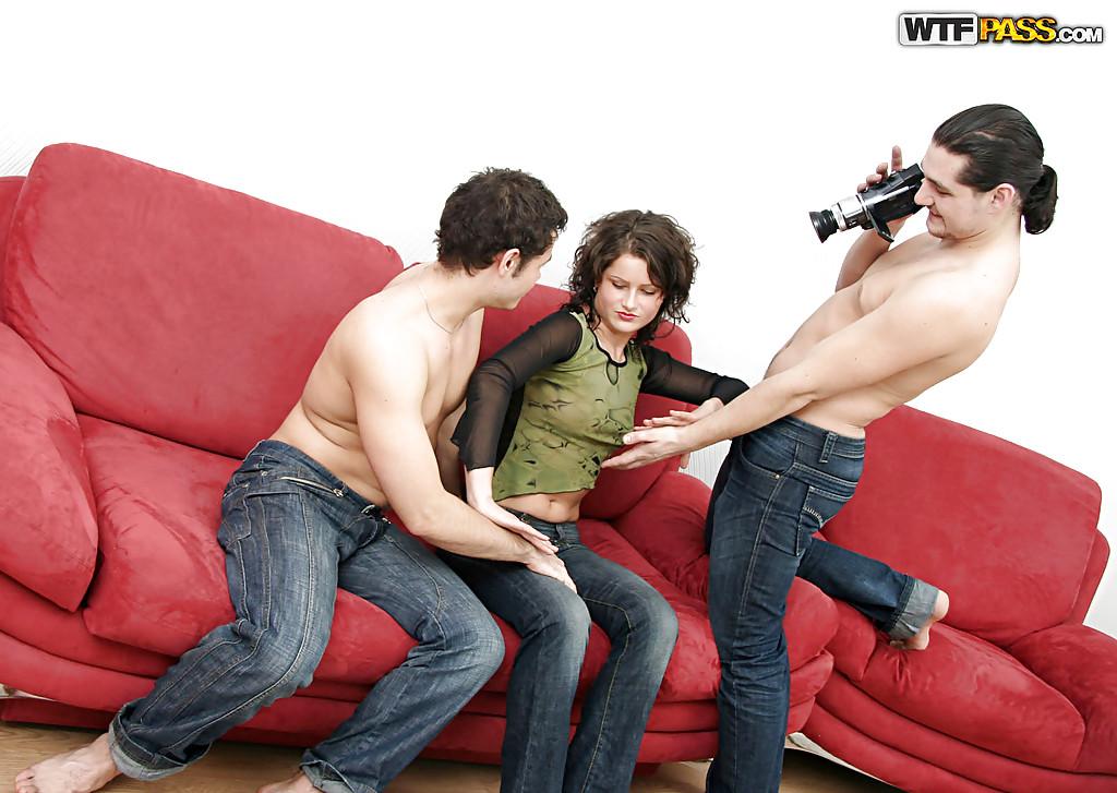 Два мужика трахают русскую брюнетку на диване и снимают на камеру секс фото и порно фото