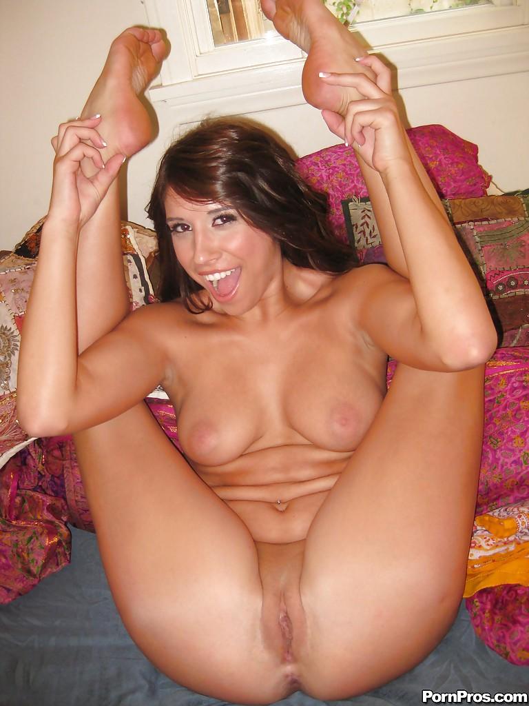 Полненькая красотка разделась, чтобы подрочить свою бритую киску секс фото и порно фото