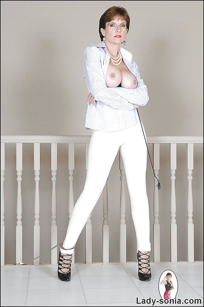 Зрелка демонстрирует большую грудь, расстегнув белый пиджак секс фото и порно фото